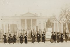 suffragists-outside-white-house